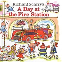 Richard Scarrys a Day at the Fire Station (Paperback)